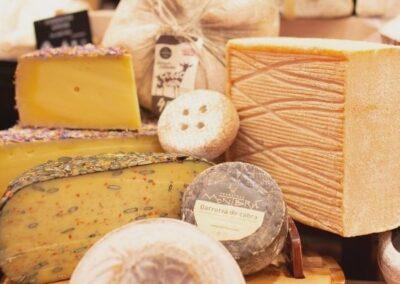 Gran assortiment de formatges nacionals i d'importació